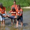 Izvidniki pomagajo BiPiju čez reko.